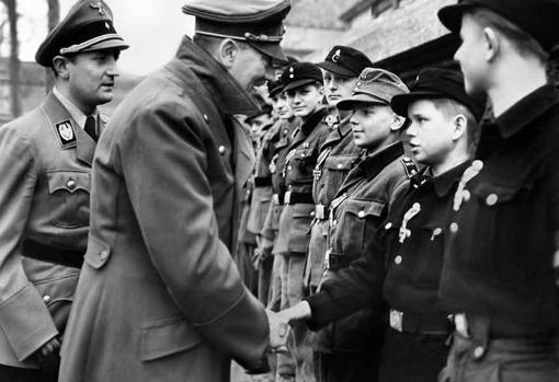 Hitler saluda a los niños que combaten por él cerca del búnker de la Cancillería