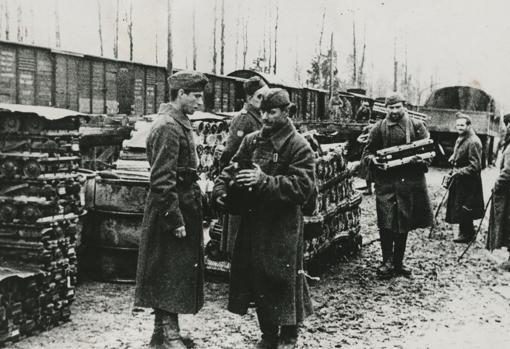 Los voluntarios españoles de la División Azul descargando municiones en un lugar del frente ruso