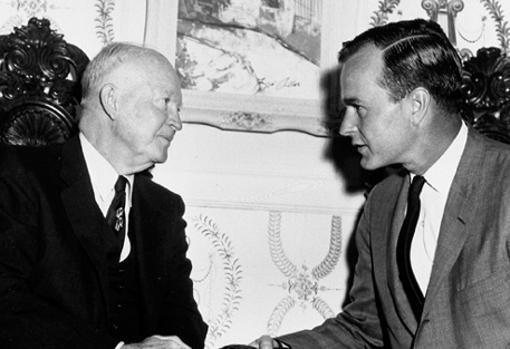 George H. W. Bush, con el presidente Dwight Eisenhower.