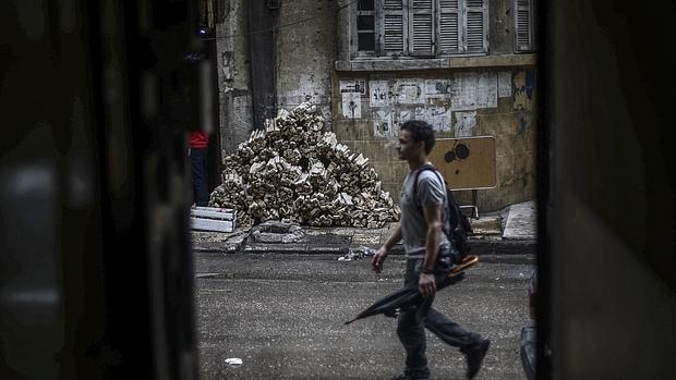 Un hombre armado camina en Douma, un área de Damasco tomada por rebeldes