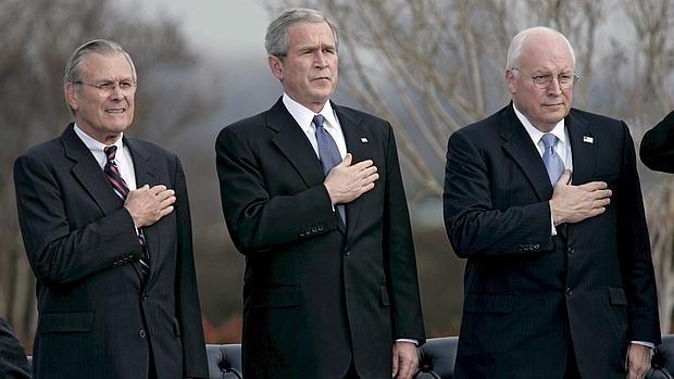 George W. Bush, entre el secretario de Defensa Donald Rumsfeld (i) y el vicepresidente Dick Cheney, en un acto celebrado en Arlington en 2006