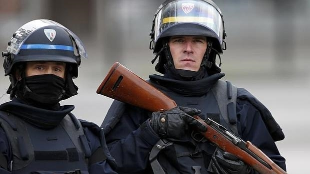 Un policía francés desplegado en Saint-Denis, donde vive un auténtico estado de excepción