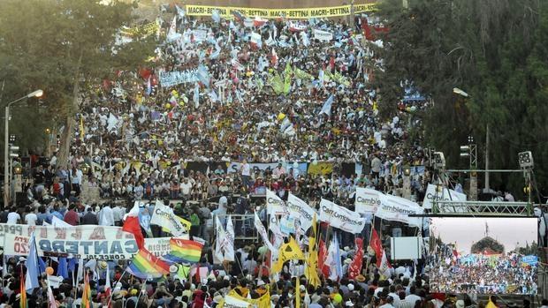 Seguidores de Mauricio Macri, este jueves en el cierre de campaña de Cambiemos en Humahuaca (Jujuy)