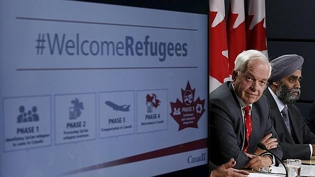 El ministro de Inmigración de Canadá, John McCallum (izquierda), y el de Defesa, Harjit Sajjan, este martes cuando anuncieron el plan de reasentamiento de refugiados en Otawa