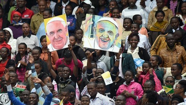Vista del recibimiento al papa Francisco a su llegada a un encuentro con la juventud en el estadio Kasarani de Kenia