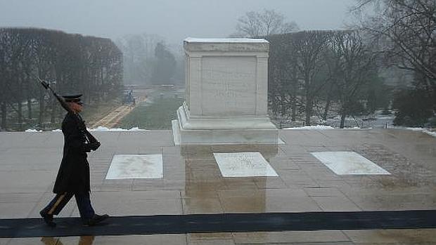 Un oficial honra la tumba del soldado desconocido pese a la ...