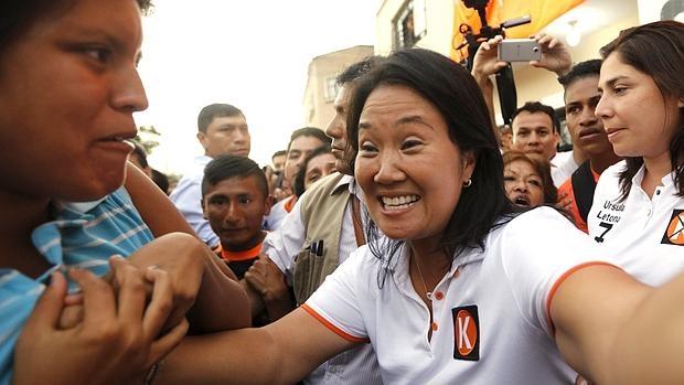 Keiko Fujimori saluda a sus seguidores este martes en el distrito limeño de La Victoria