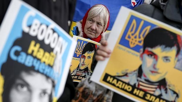 Una mujer exhibe un retrato de Savchenko en demanda de su libertad en Kiev