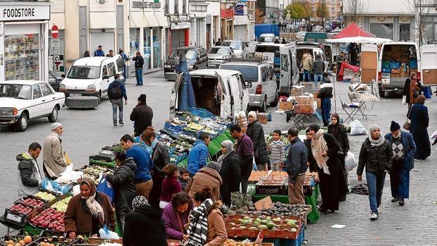 Mercadillo callejero en el centro de Molenbeek, donde la inmensa mayoría de la población es musulmana