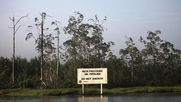 Cartel de advertencia de una instalación petrolífera en el arroyo Nembe, Nigeria