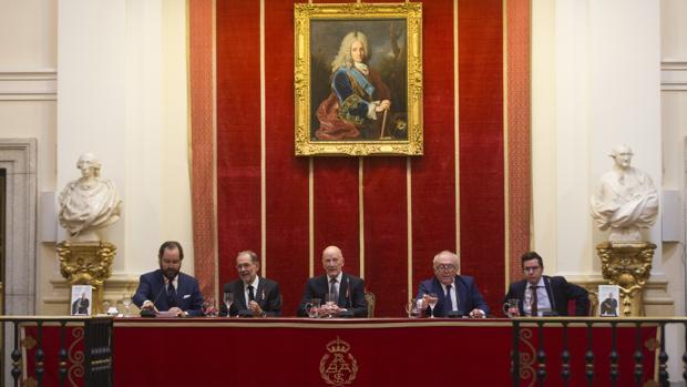 El Rey Simeón, flanqueado por Ramón Pérez-Maura, Javier Solana, Eduardo Serra y Sergio Martín