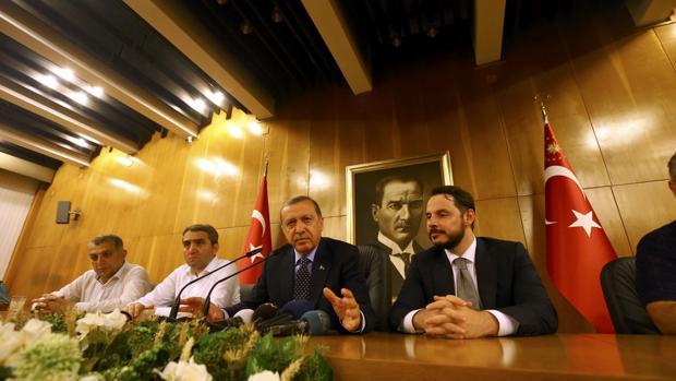 Erdogan, durante la rueda de prensa en la que ha solicitado a sus seguidores que permanezcan en las calles