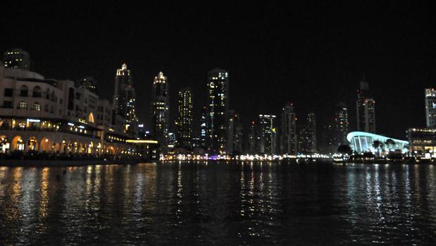 Los rascacielos se encienden al caer la noche en Dubai.