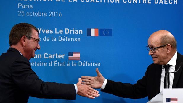 Ashton Career y Jean-Yves Le Drian se dan la mano durante la reunión de ministros de Defensa en París
