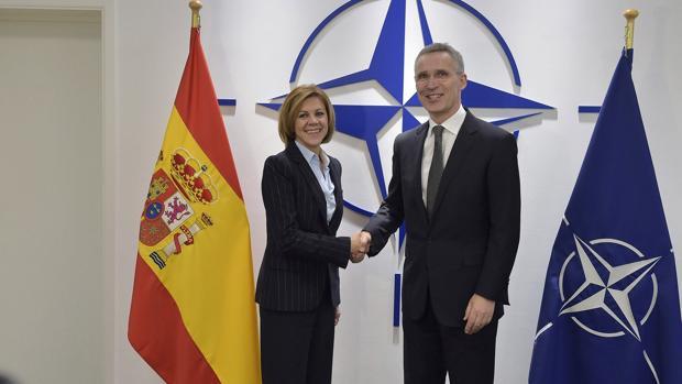 María Dolores de Cospedal, saluda hoy al secretario general de la OTAN, Jens Stoltenberg,