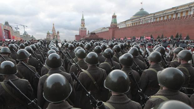 Imagen de archivo: soldados rusos vestidos con uniformes históricos participan en el desfile militar sobre la Plaza Roja de Moscú en noviembre de 2012