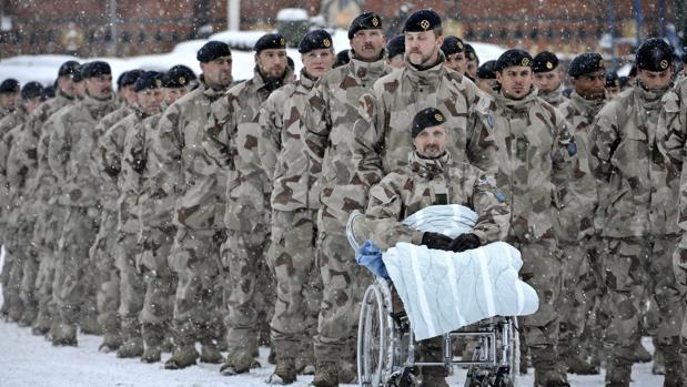 Soldados suecos del regimientonúmero 119 de Infantería que prestaron servicios en Afganistán dentro de la ISAF, aguardaban bajo la nieve una ceremonia de entrega de medallas en dediciembre de 2010