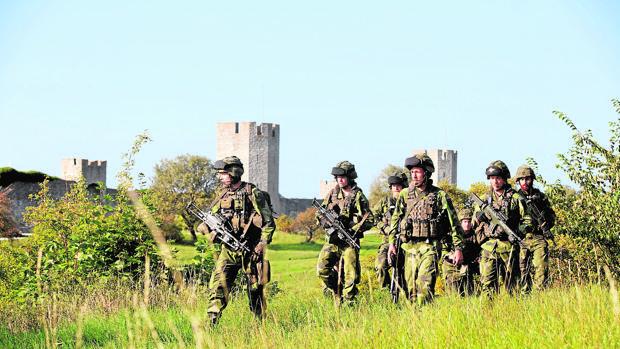 Una patrulla del Ejército sueco vigila junto a la localidad de Visby, en la isla de Gotland