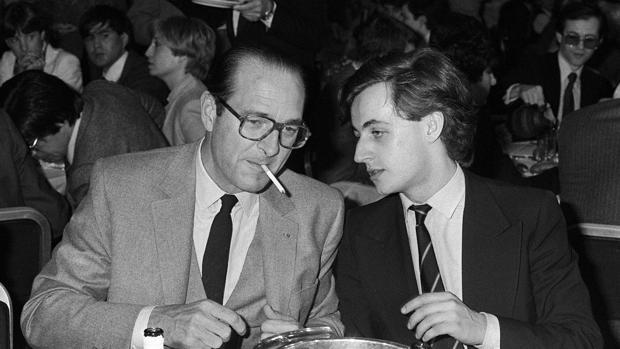Una imagen tomada el 24 de marzo de 1981 muestra al entonces alcalde de París Jacques Chirac hablando con uno de los líderes de las juventudes de su partidos, Nicolas Sarkozy