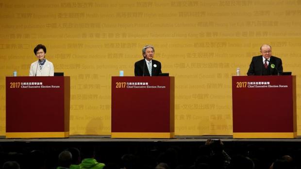 De izquierda a derecha, los candidatos Carrie Lam, John Tsang y Woo Kwok-hing, durante el debate electoral del pasado domingo en Hong Kong