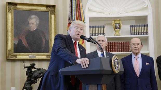 Trump con el vicepresidente Mike Pence y el secretario de Comercio, Wilbur Ross, antes de firmar las órdenes ejecutivas
