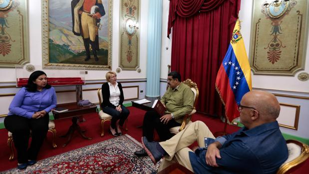 Maduro se entrevistaba ayer con la fiscal general, Luisa Ortega, en el Palacio de Miraflores