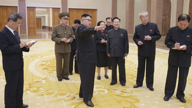 El líder norcoreano, Kim Jong-un (c), durante una visita guiada en el Museo de la Revolución