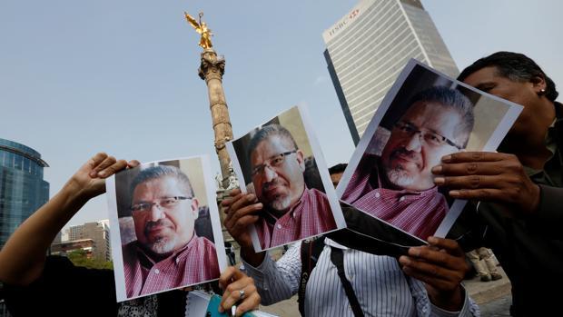 Periodistas y fotógrafos muestran la fotografía del asesinado Javier Valdez en una protesat en Ciudad de México