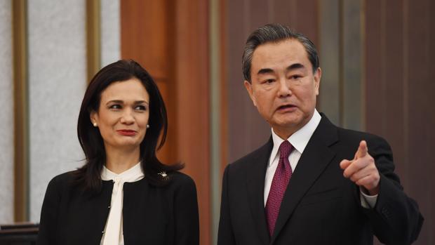 La ministra de Relaciones Exteriores de Panamá, Isabel de Saint Malo, participa con el canciller chino, Wang Yi, en una rueda de prensa conjunta