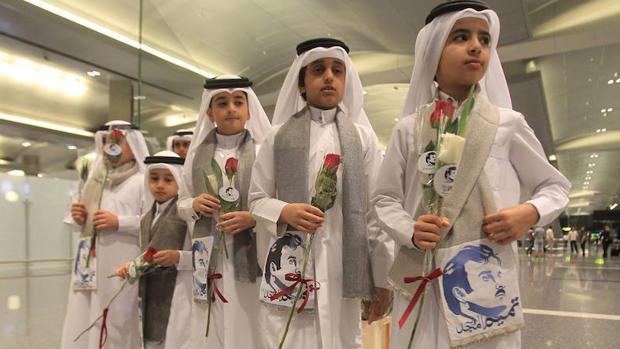 Un grupo de niños qataríes en el aeropuerto de Doha