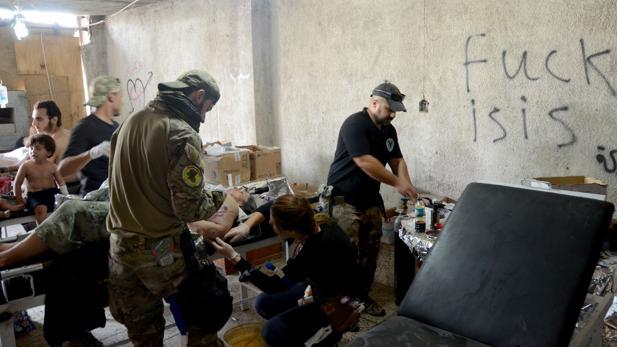 Varios heridos son atendidos en un hospital improvisado en Mosul