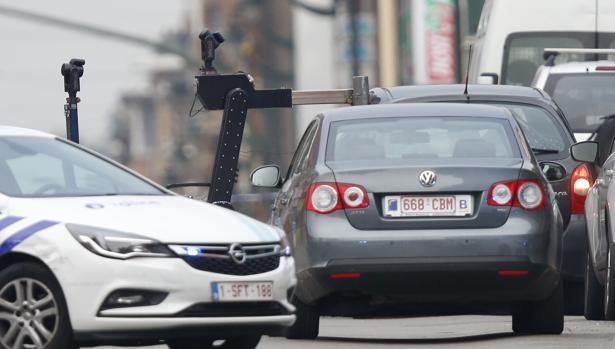 Un equipo de artificieros desplegado en el barrio de Molenbeek
