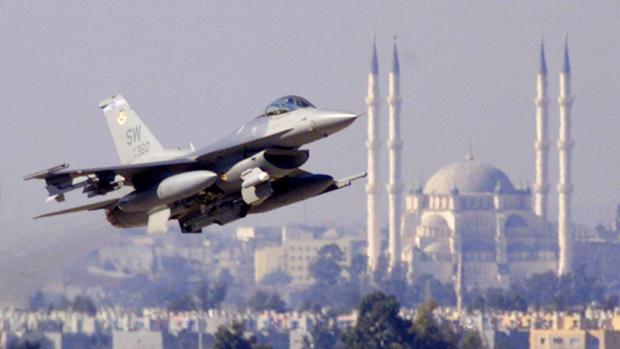 Un avión militar estadounidense (U.S. Air Force F-16C) sobrevuela el cielo de Turquía