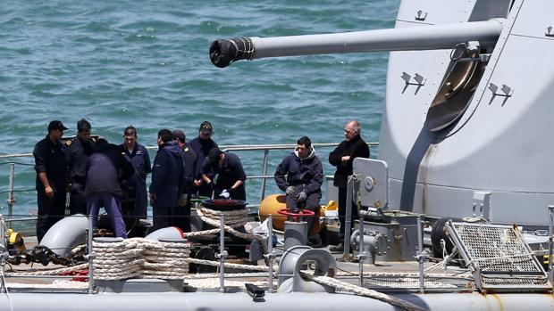 Tripulantes del destructor ARA Sarandi, antes de zarpar para la búsqueda del submarino perdido