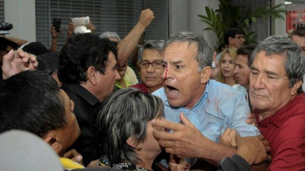 Seguidores y detractores del expresidente Rafael Correa se enfrentan en el aeropuerto de Guayaquil (Ecuador)