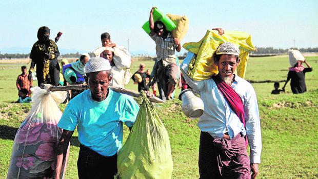 Un grupo de rohingya en su huida a Bangladés