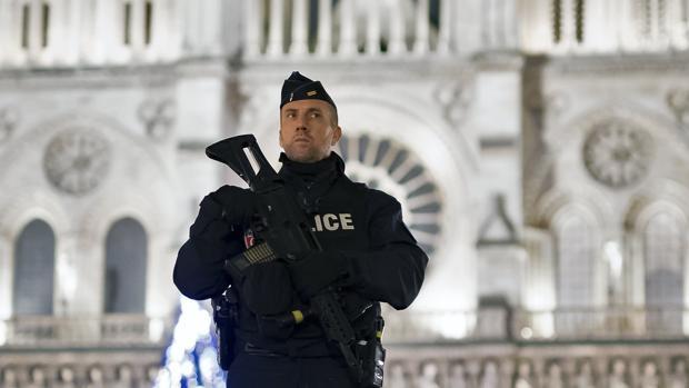 Un policía francés hace guardia en los exteriores de la catedral de Notre-Dame en París