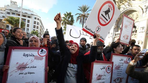 Ciudadanos tunecinos protestan con pancartas cuando se cumple el VII anivesario de la «Primavera árabe»