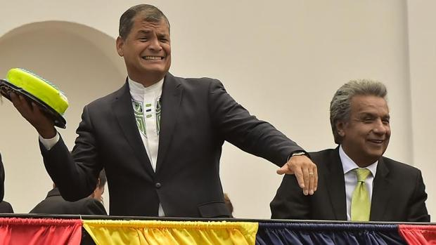 Rafael Correa y Lenín Moreno (d), poco después del triunfo del segundo en las presidenciales del 2 de abril, en un acto en Quito