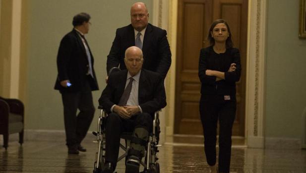 El republicano John McCain se dirige a una votación en el Senado, en Washington