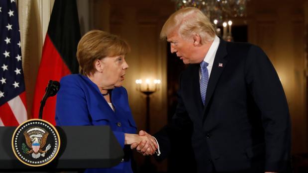 El presidente estadounidense, Donald Trump, se ha reunido este viernes con la canciller alemana, Angela Merkel, en la Casa Blanca