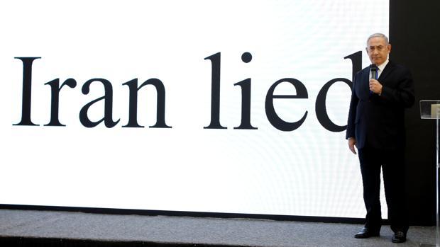 Benjamin Netanyahu, ante una imagen con el mensaje «Irán mintió»