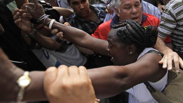 Berta Soler, actual presidenta de Damas de Blanco, en manos de agentes de seguridad en 2010