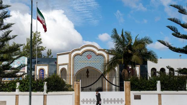 Un hombre pasa frente a la embajada de Irán en Rabat