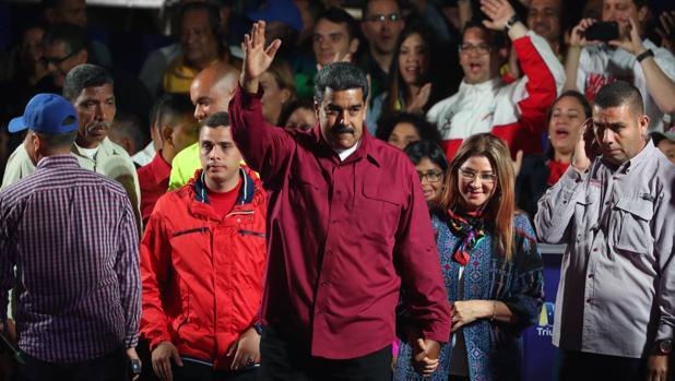Nicolás Maduro celebra con su esposa la victoria en las cuestionadas elecciones presidenciales del domingo