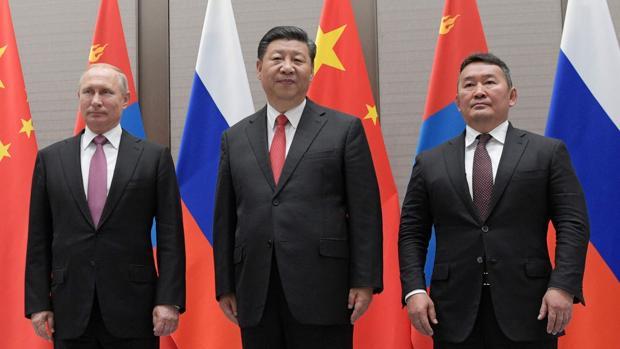 Los presidentes de Rusia, China y Mongolia, Vladimir Putin, Xi Jinping y Khaltmaa Battulga, en una reunión trilateral en el marco de la cumbre oriental