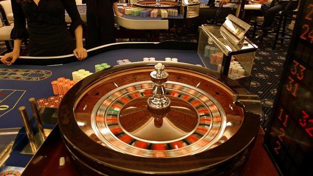 Turcochipriotas (al fondo) apuestan en el casino Grand Rocksen Kyrenia, del lado turco de la isla de Chipre