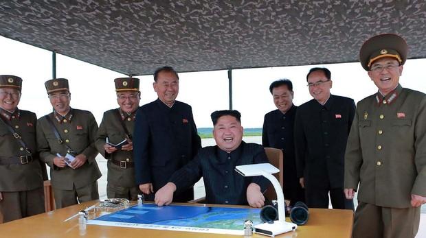 El líder norcoreano Kin Jong-un en la base militar de Pyongyang