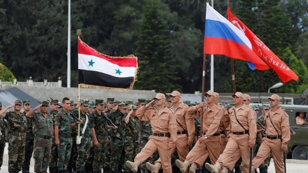 Soldados rusos en la base aérea de Hmeimym