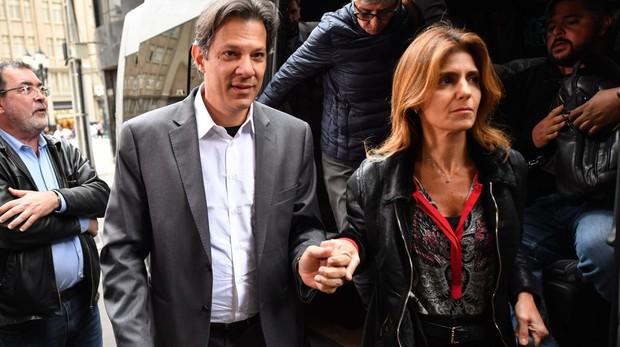 Fernando Haddad y su esposa, a su llegada a la reunión extraordinaria del PT de este martes